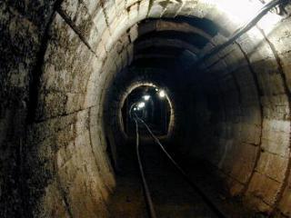 Blick in den Stollen mit der Schmalspurbahn. Damit können die Besucher nach Besichtigung ausfahren.