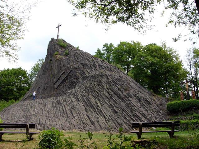 Druidenstein oberhalb von Kirchen-Sieg an der Landstraße in Richtung Dermbach b. Herdorf.  Hierbei handelt es sich um einen Basaltkegel vulkanischen Ursprungs aus der Zeit des Tertiär (65 Mio. Jahren).