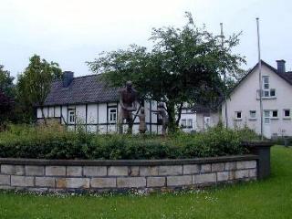 Denkmal zu Ehren Raiffeisen vor dem Haus in Weyerbusch bei Altenkirchen