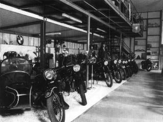 Während der Führungen durch das Museum begleiten den Besucher drei Buchstaben: BMW.