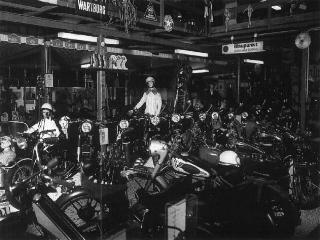 """Neben den drei Buchstaben BMW können auch Glanzstücke bedeutender Hersteller, wie NSU, Zündapp, FN, DKW, Horex, Miele, Kreidler und Java bestaunt werden. Das älteste Dreirad des französischen Herstellers """"Monet Goyon"""" (Bj. 1917)."""