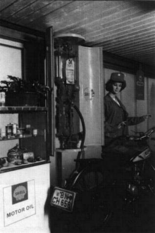 Äußerst interessant beim Gang durch das Museum ist auch eine reichhaltige Zubehörpalette, die für eine stilechte Atmosphäre sorgt. Neben einer Schuster- u. Sattlerwerkstatt, einer alten Tankstelle, Nähmaschinen, Fahrräder, Öldosen ist auch eine historische Polizeiwache zu bestaunen.
